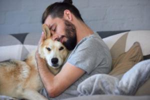 ¿Por qué mi perro sospecha de extraños, incluso si son amigables?